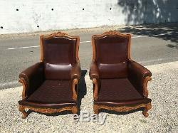 2 Fauteuils en cuir et en bois style Louis XV en très bon état
