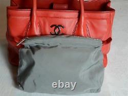 Sac cabas en cuir rouge CHANEL. Leather tote bag. Leder Tasche. Très bon état