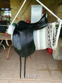 Selle de dressage Hermès noire, taille 17,5 pouces en très bon état