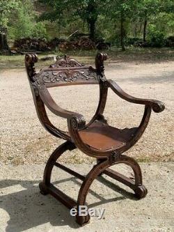 Très beau Fauteuil Dagobert en bois, travaillée, jolis détails. Très bon état